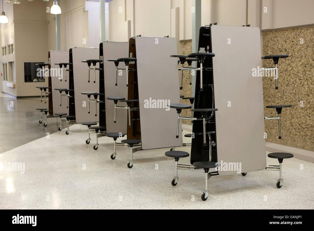 Mobile klappbare Tisch-Kantine essen Einheiten in einer High school Stockbild