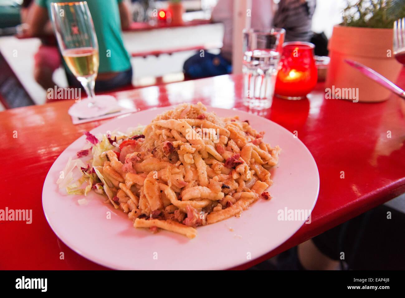 Spatzle Eine Traditionelle Deutsche Kuche Serviert In Einem Budget