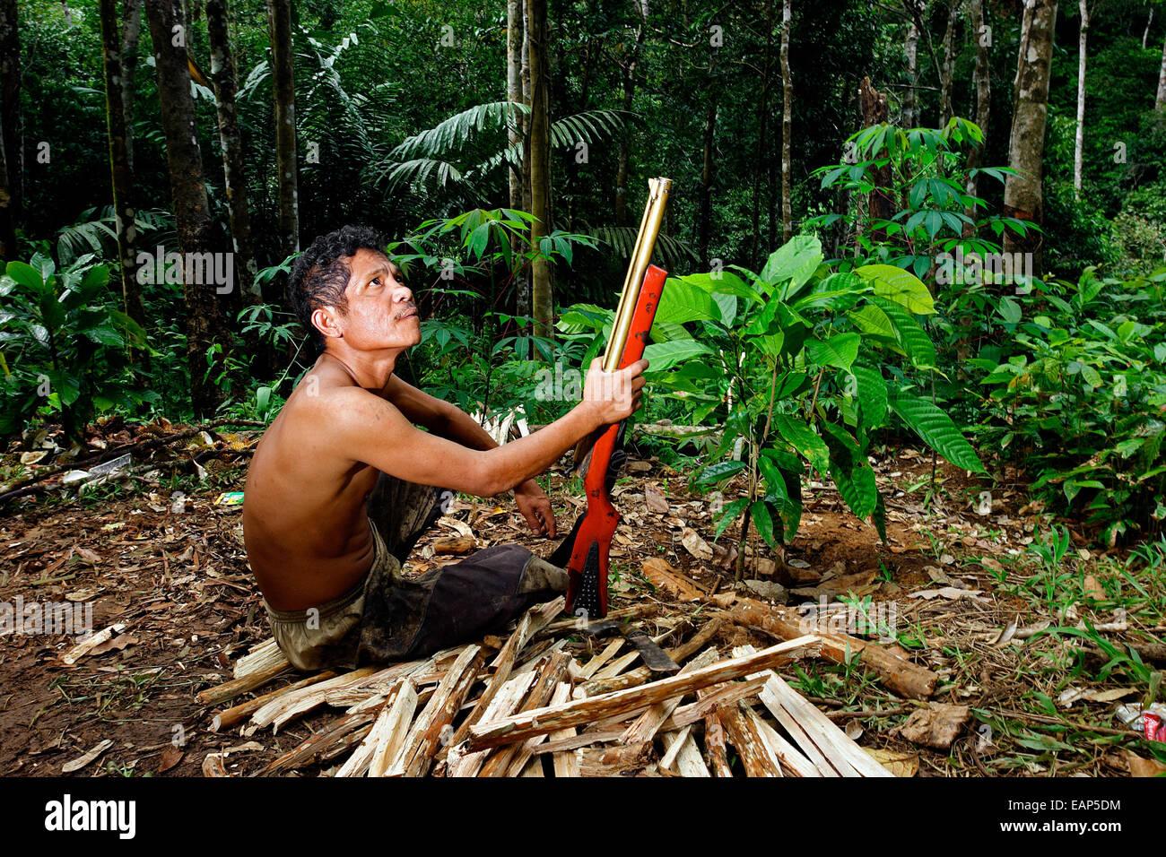 Ein Mann Ruht Im Tropischen Regenwald Mit Einem Luftgewehr In Der