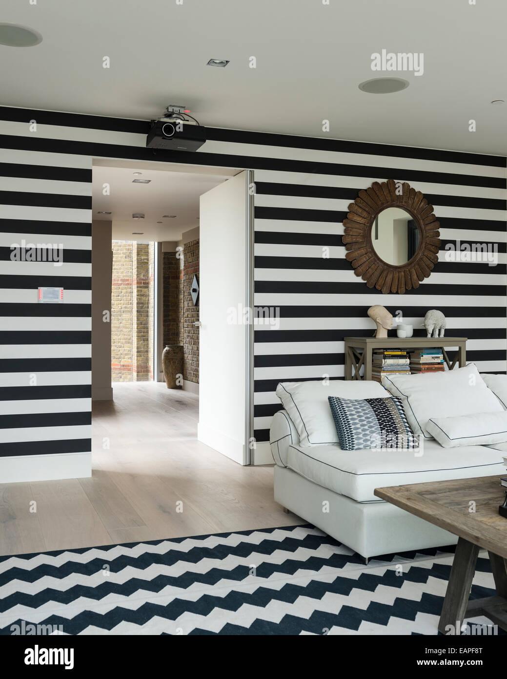 Schwarz / weiß gestreifte Wände im Wohnzimmer mit Chevron ...