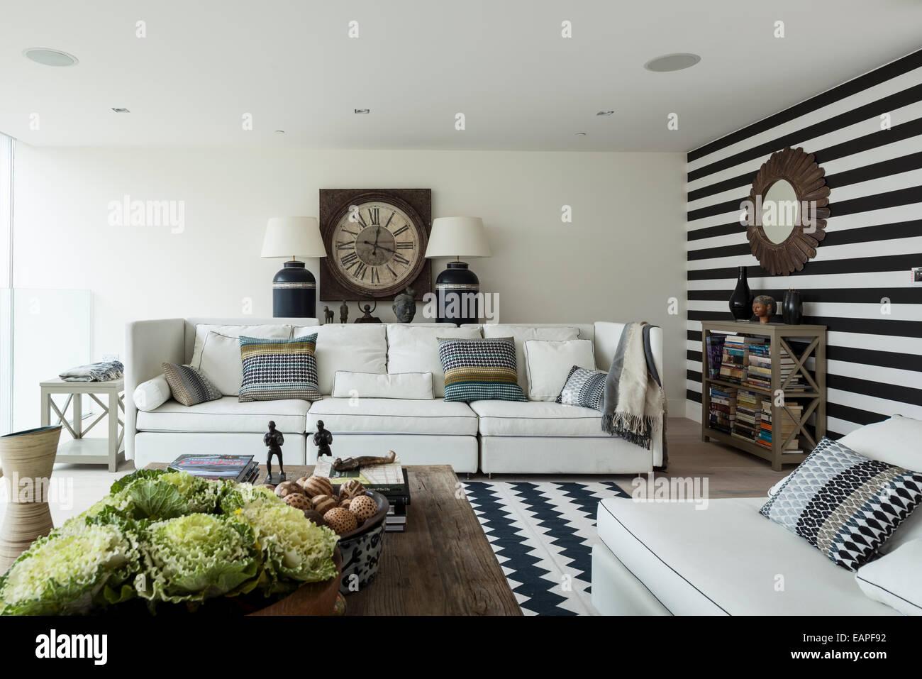 Schwarz / weiß gestreifte Wand im Wohnzimmer mit Chevron gemusterten ...
