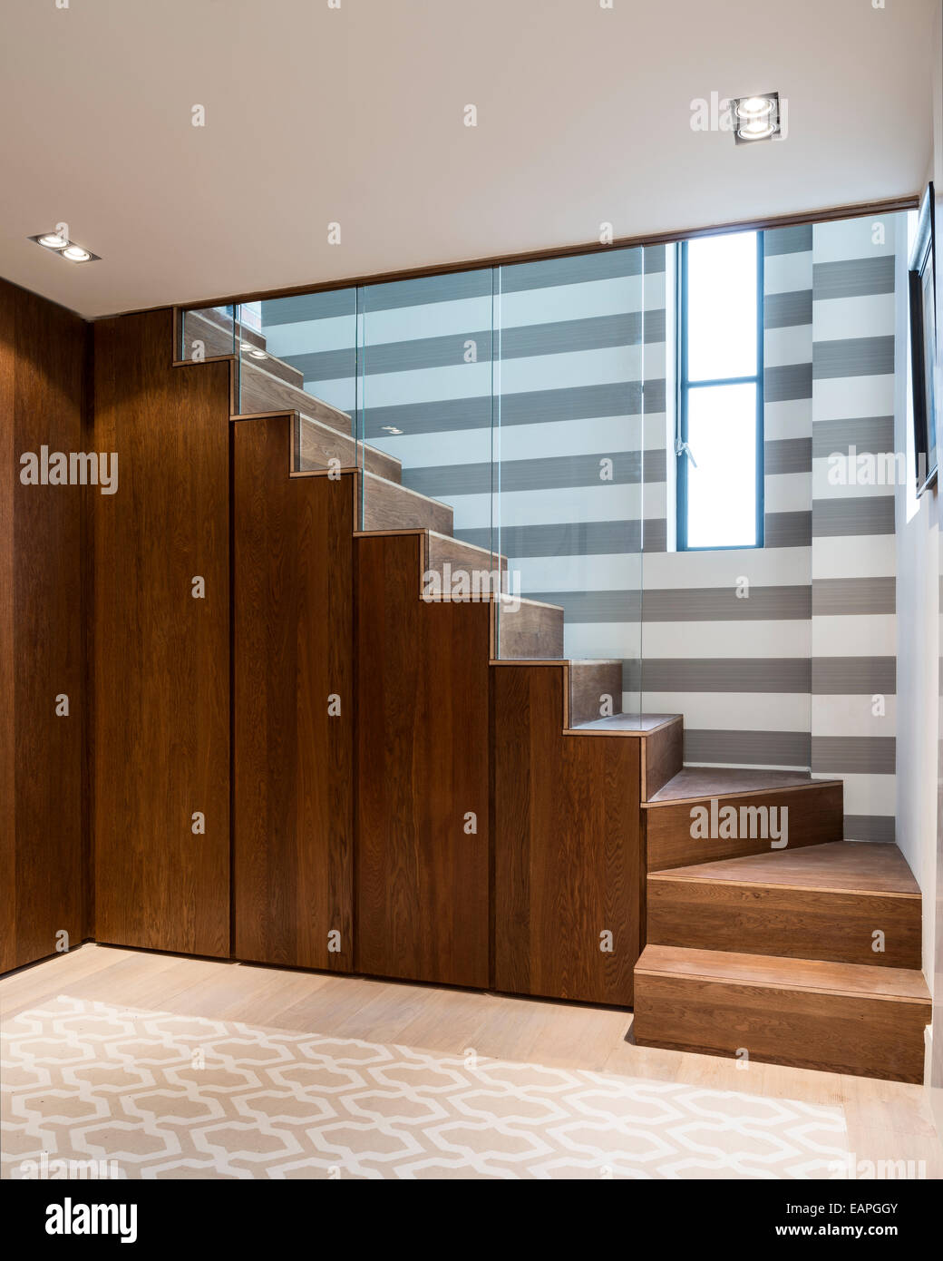 Kirschbaum Treppe Mit Eingebauten Schrank Lagerung Stockfoto Bild