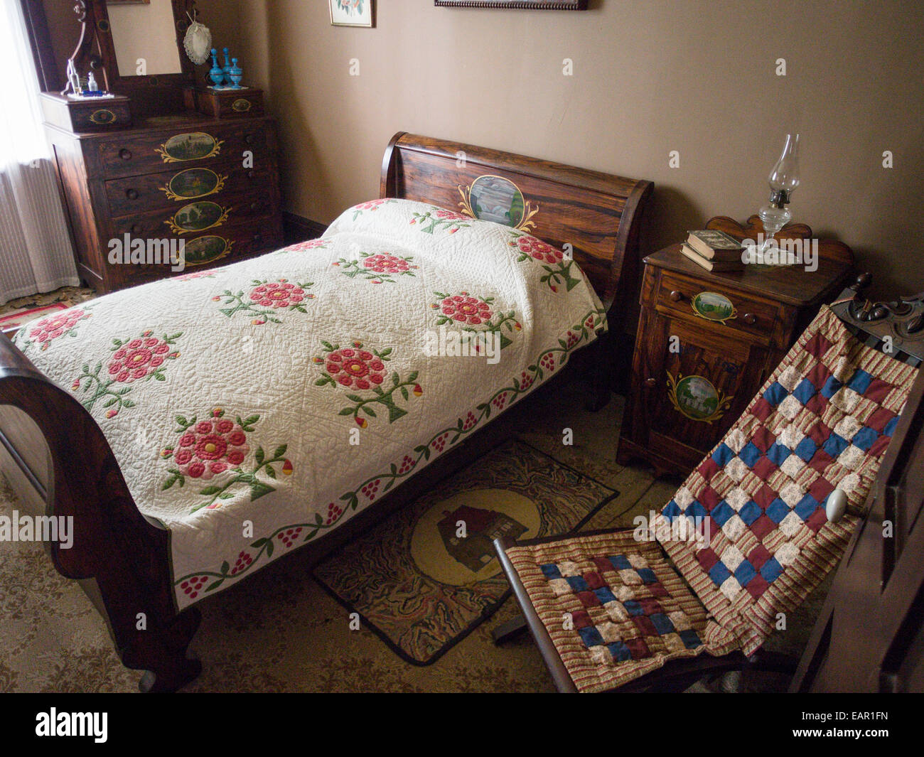 Schlafzimmer in Oberkanada Dorfhauses. Altes Schlafzimmer im Obergeschoss in einem wohlhabenden Haus im Dorf. Stockbild