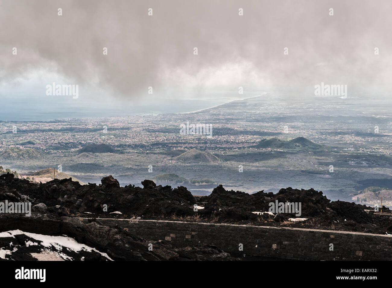 Sizilien, Italien. Der Blick vom Ätna über die Küste und die Stadt Catania Stockbild