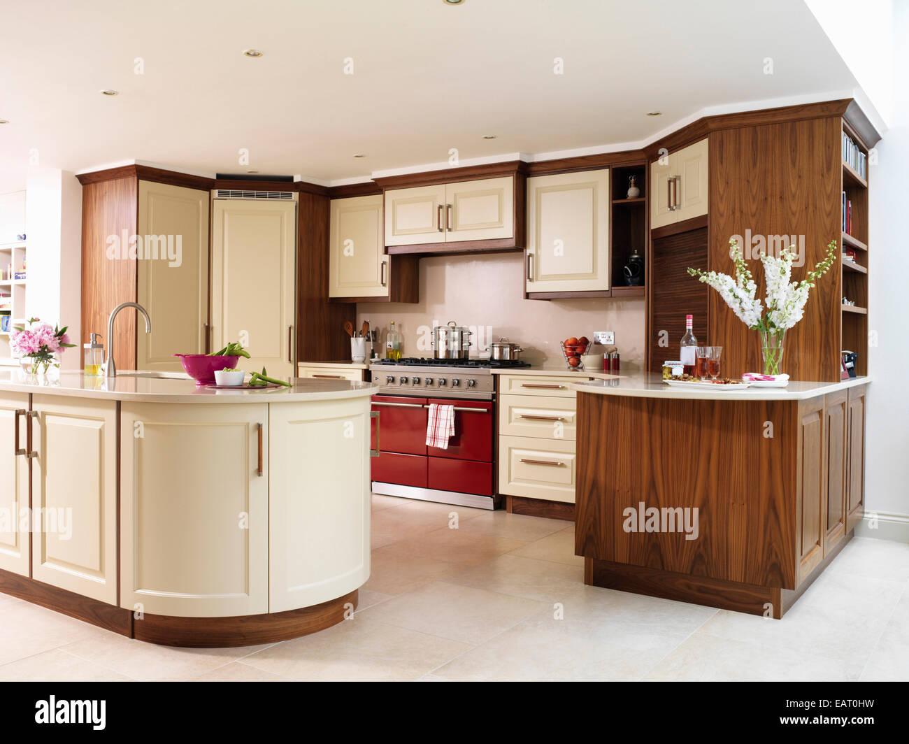 Moderne Küche mit Kochinsel Einheit und Reichweite Stockfoto, Bild ...