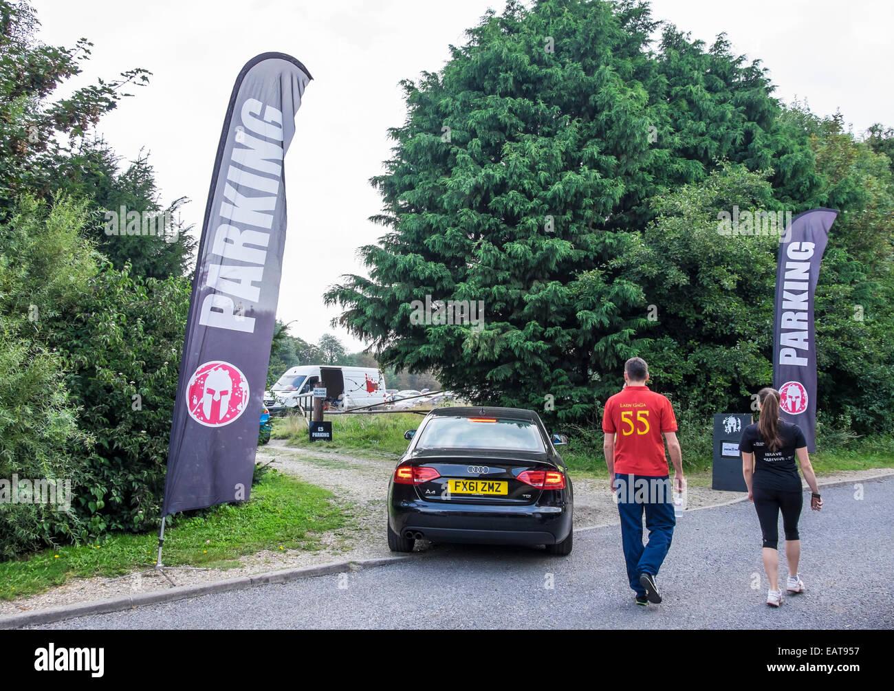 0e04f41756787a Parkplatz für Spartan Race Teilnehmer und Zuschauer im Feld Fen Road Milton