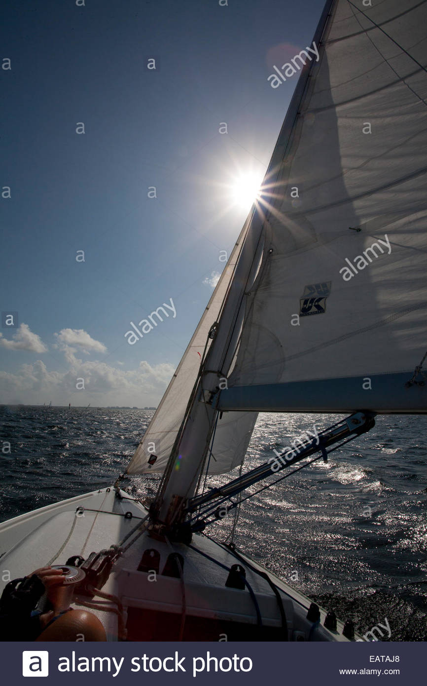 Ein Boot fährt über Biscayne Bucht. Stockfoto