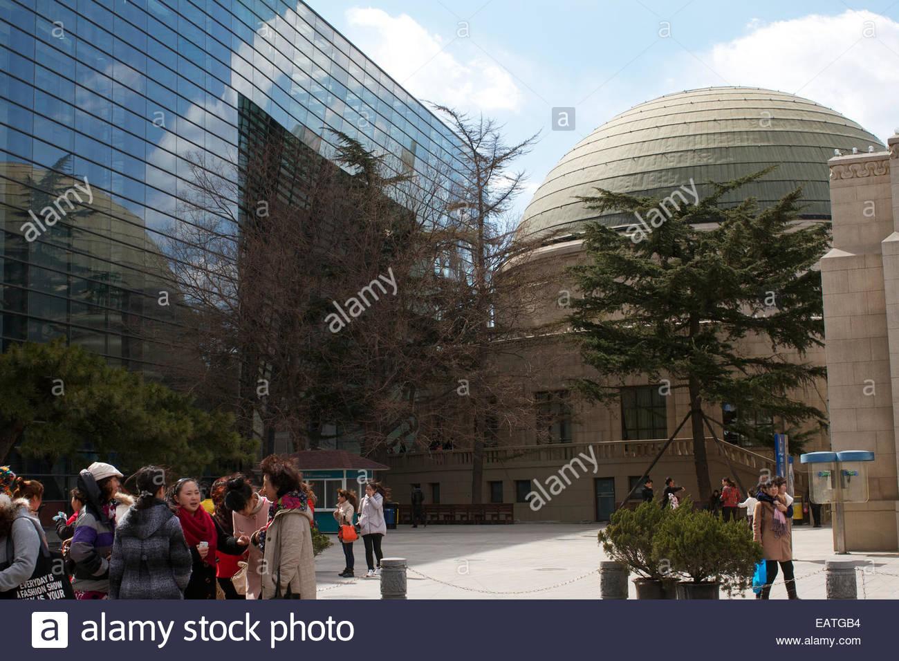 Eine totale Aussicht auf das äußere des Beijing Planetariums. Stockbild
