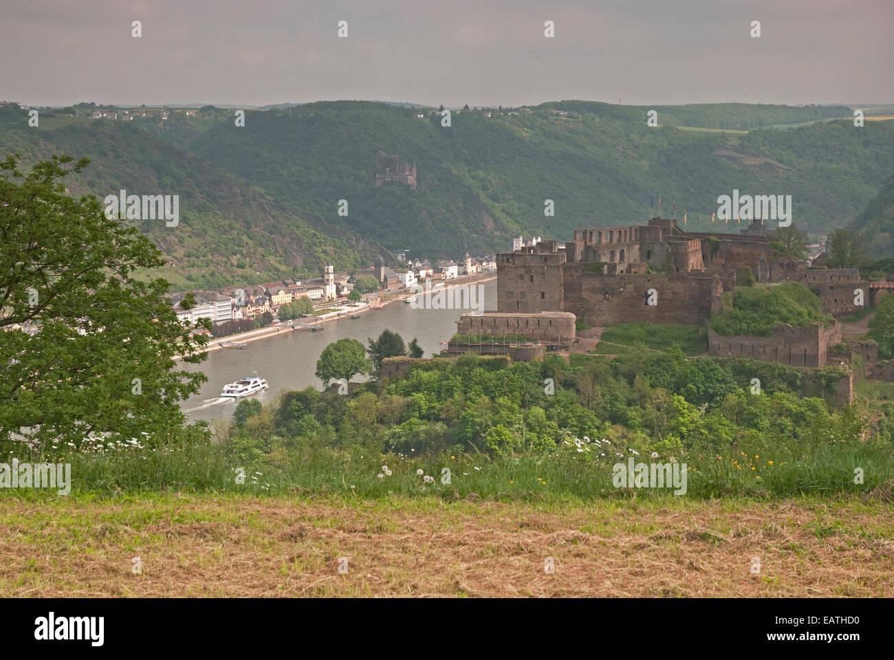 Burg Rhein Fels Burg, Rhein und St. Goarshausen und Burg Katz im Hintergrund im Rheintal in der Nähe von St. Stockbild