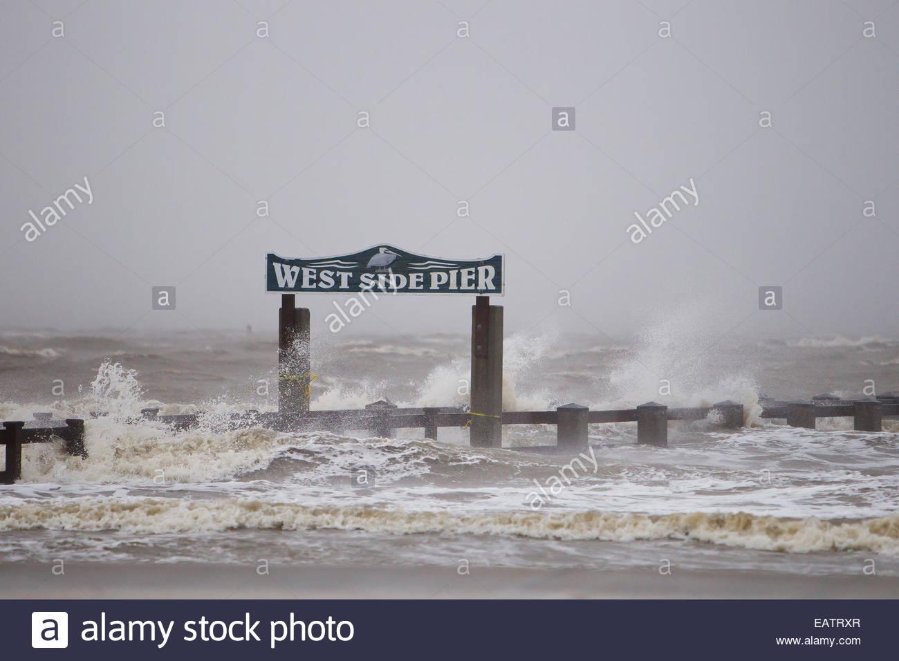 Hurricane Isaac Sturm Welle Wellen in der West Side-Pier. Stockbild