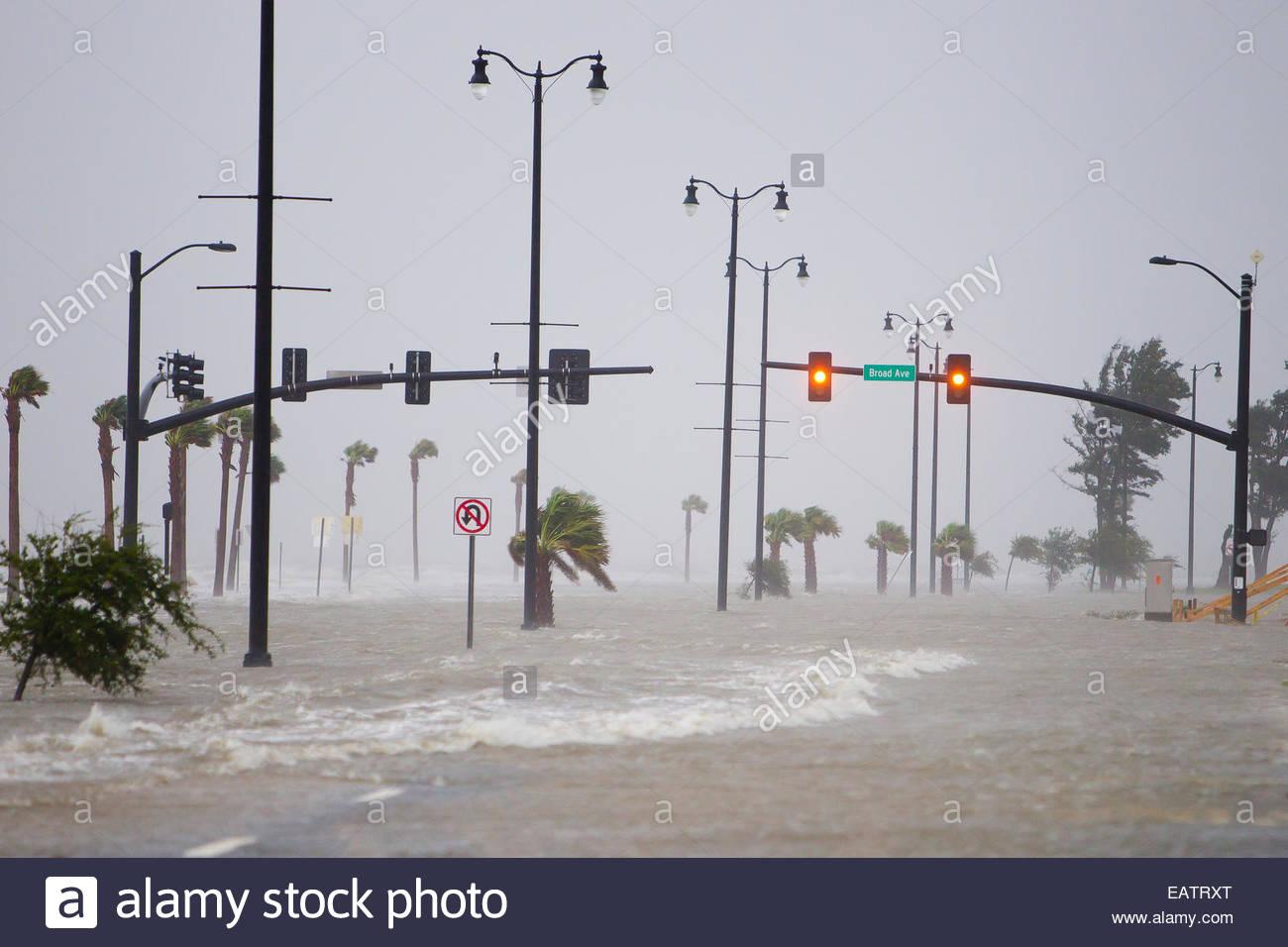 Sturmflut in Wellen über Highway 90 während Hurrikan Isaac bringen. Stockbild
