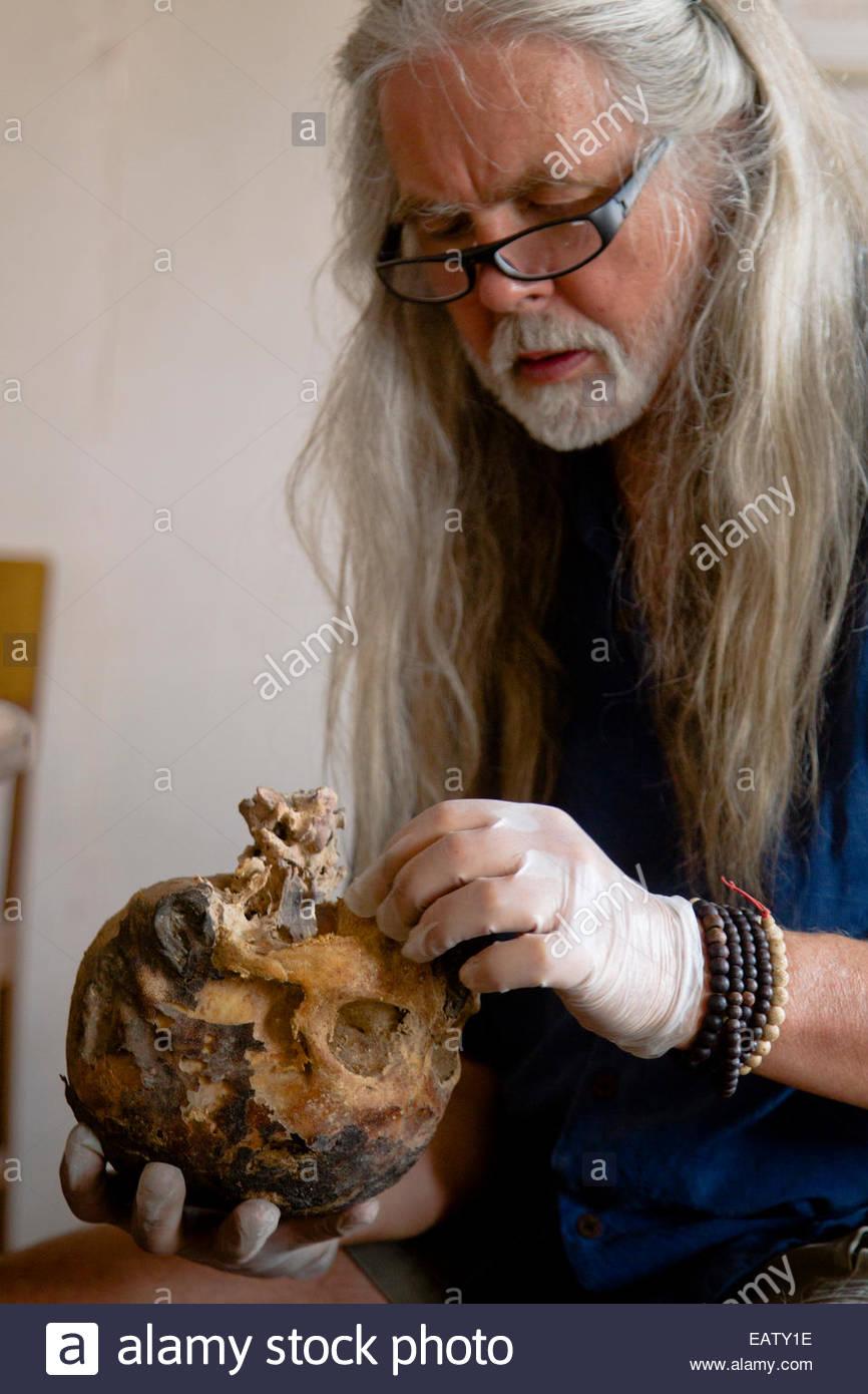 Ein natürlich mumifizierte Schädel in einer Leichenhalle Klippe Höhle entdeckt. Stockbild