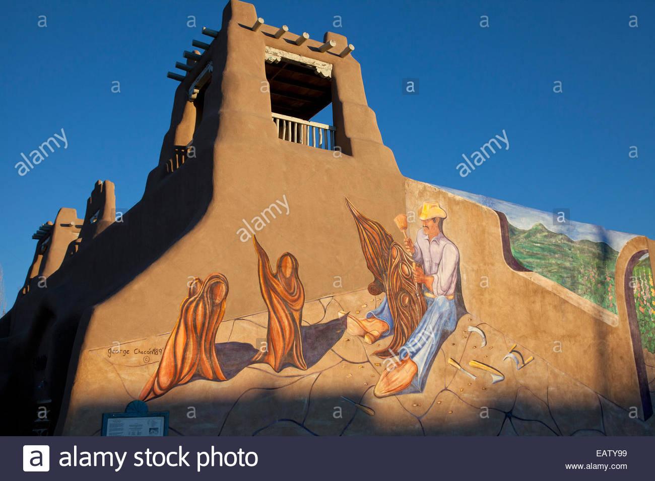 """Eine Wandbild mit dem Titel """"El Santero' von George Chacon. Stockbild"""
