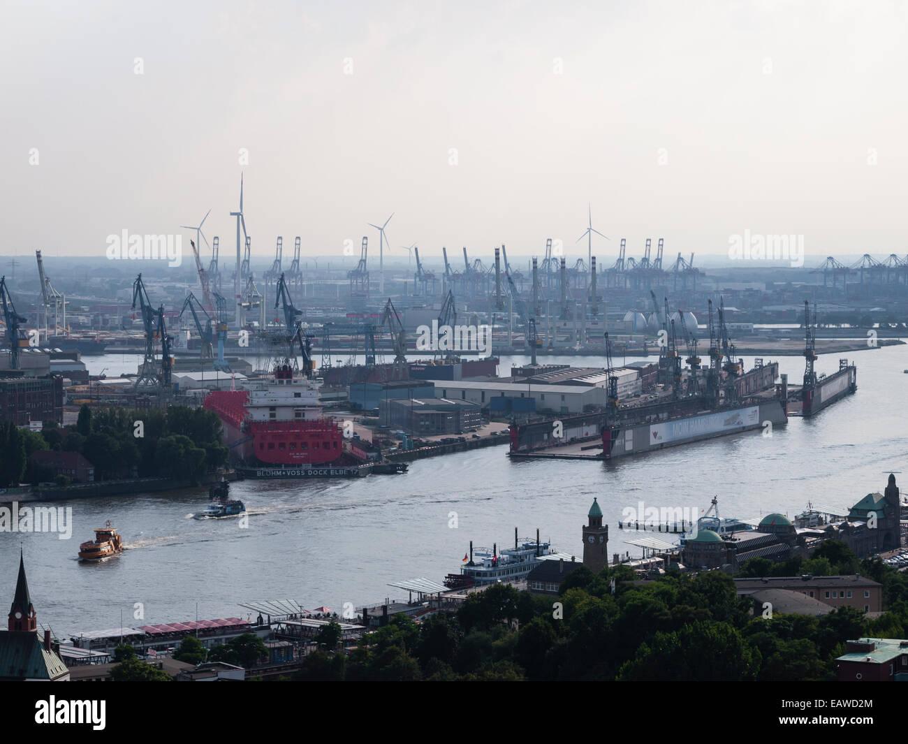 """Blick auf den Hamburger Hafen mit den St. Pauli Piers (vorne), das Hafenbecken der Werft """"Blohm + Voss"""" (Mitte) Stockfoto"""