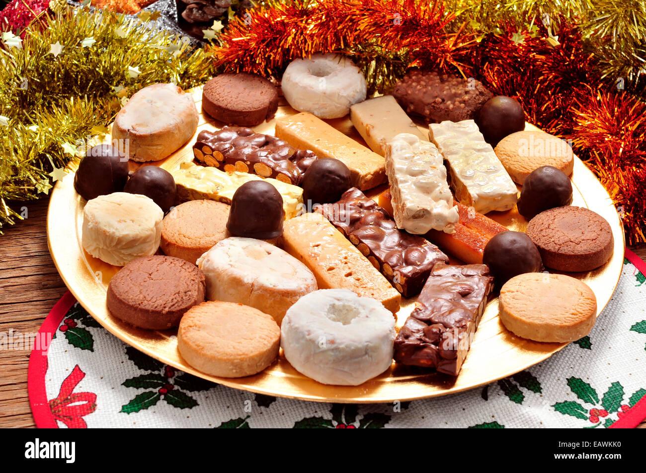 Spanien Weihnachtsessen.Ein Tablett Mit Verschiedenen Turron Polvorones Und Mantecados