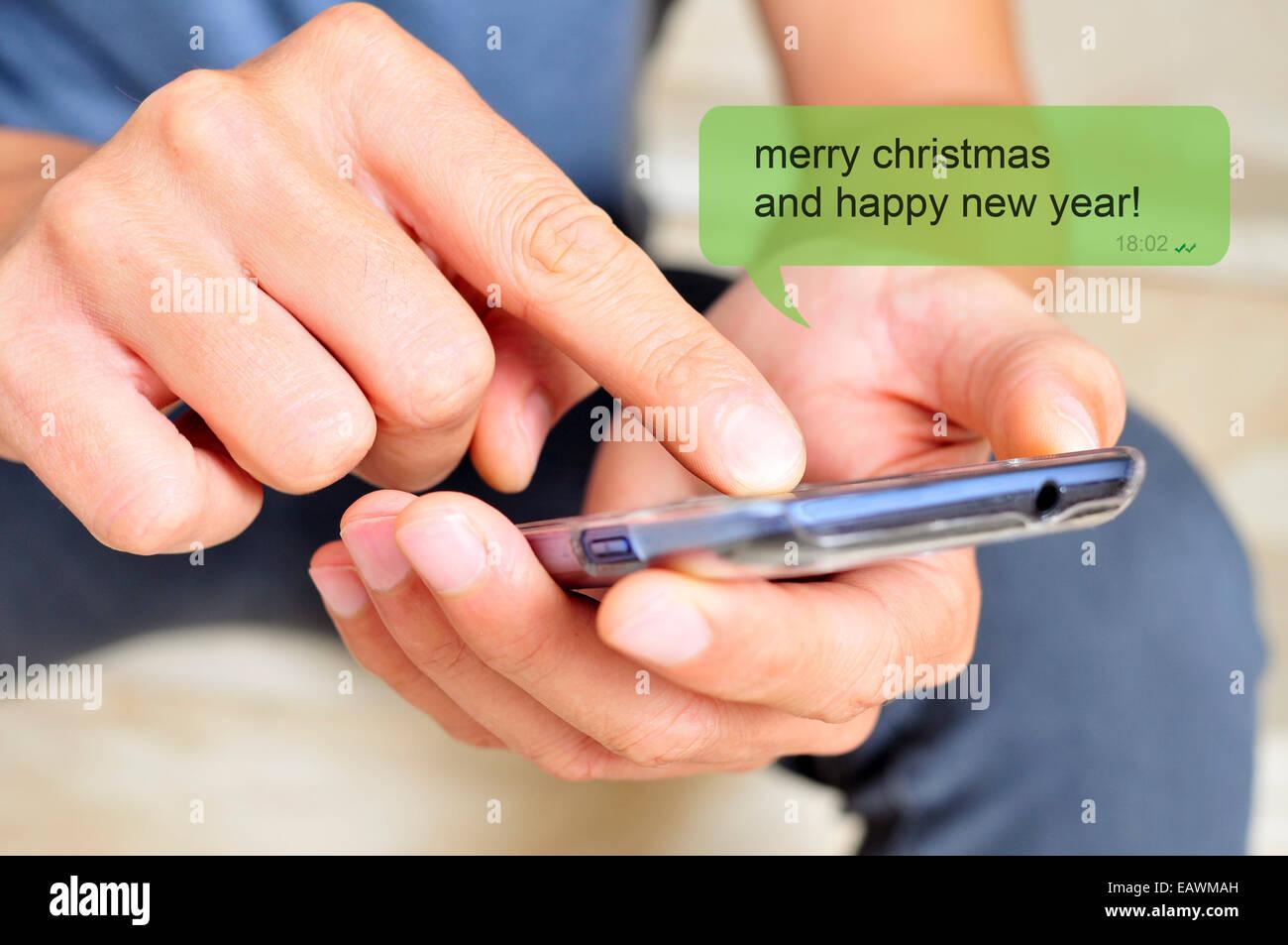 ein junger Mann mit einem Smartphone und den Text Nachricht, Frohe ...
