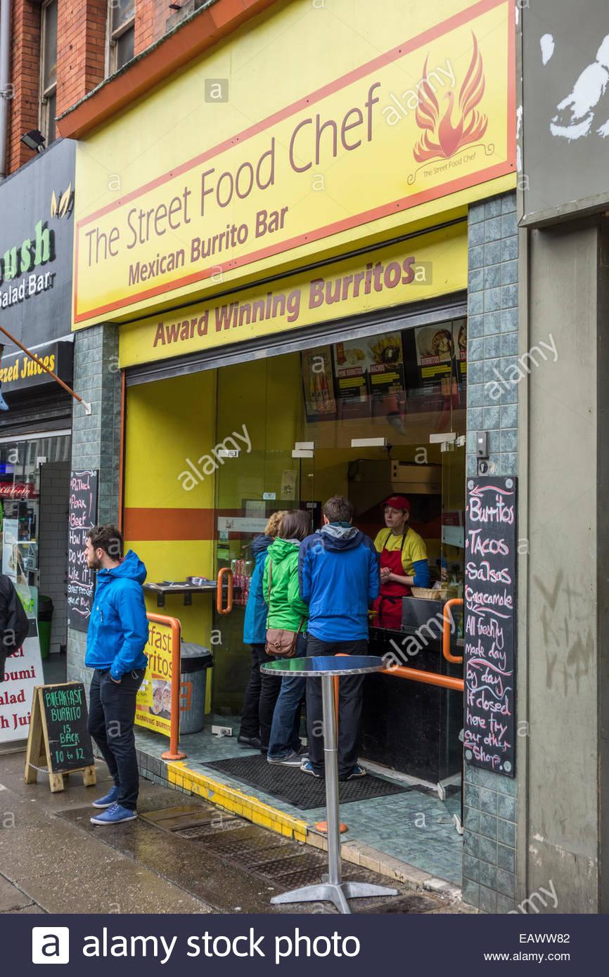 Kunden warten an der Straße Essen Koch mexikanisch Burrito Bar ...