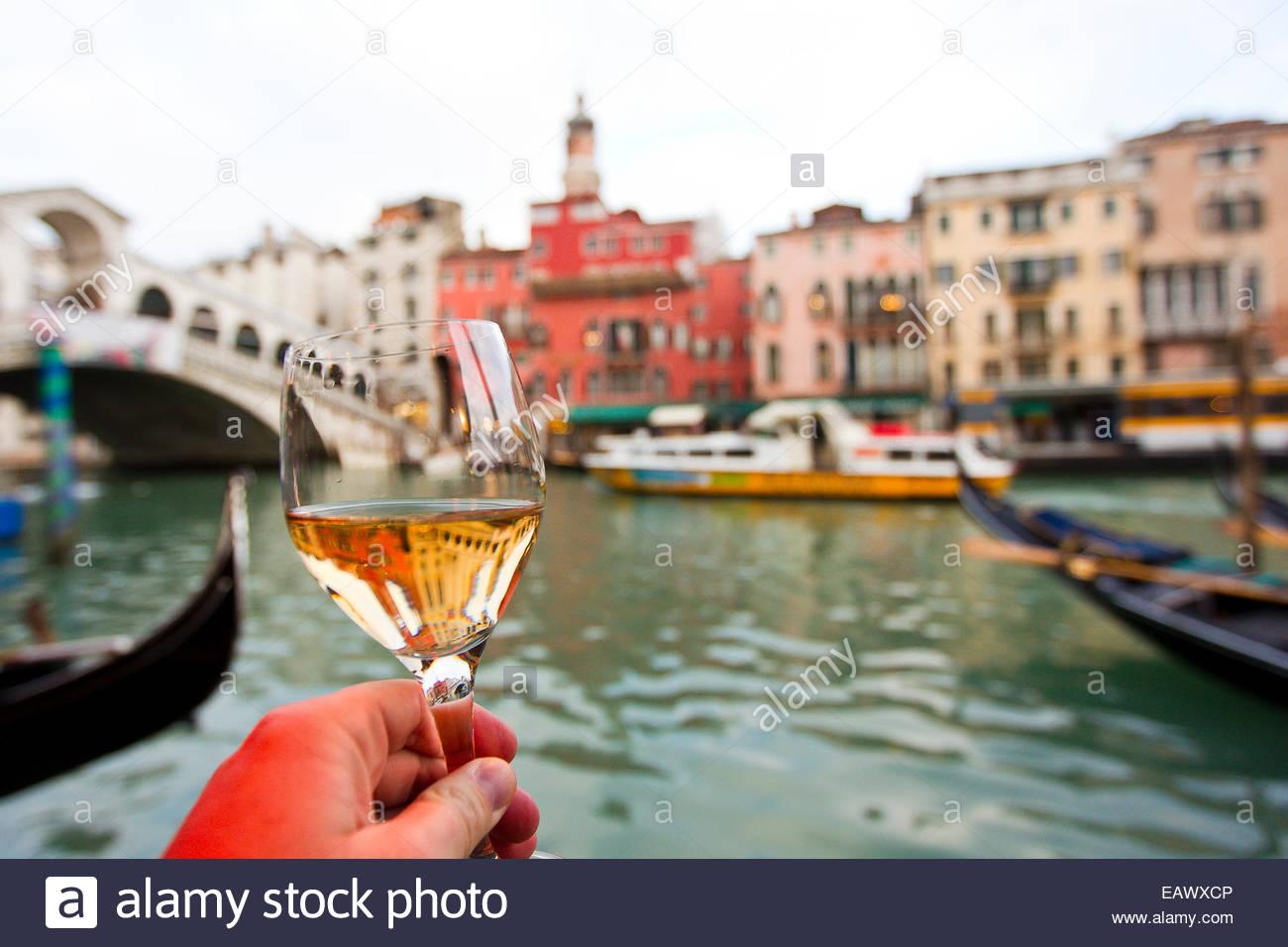 Renaissance-Ära Gebäude betrachtet durch ein Glas Wein. Stockbild