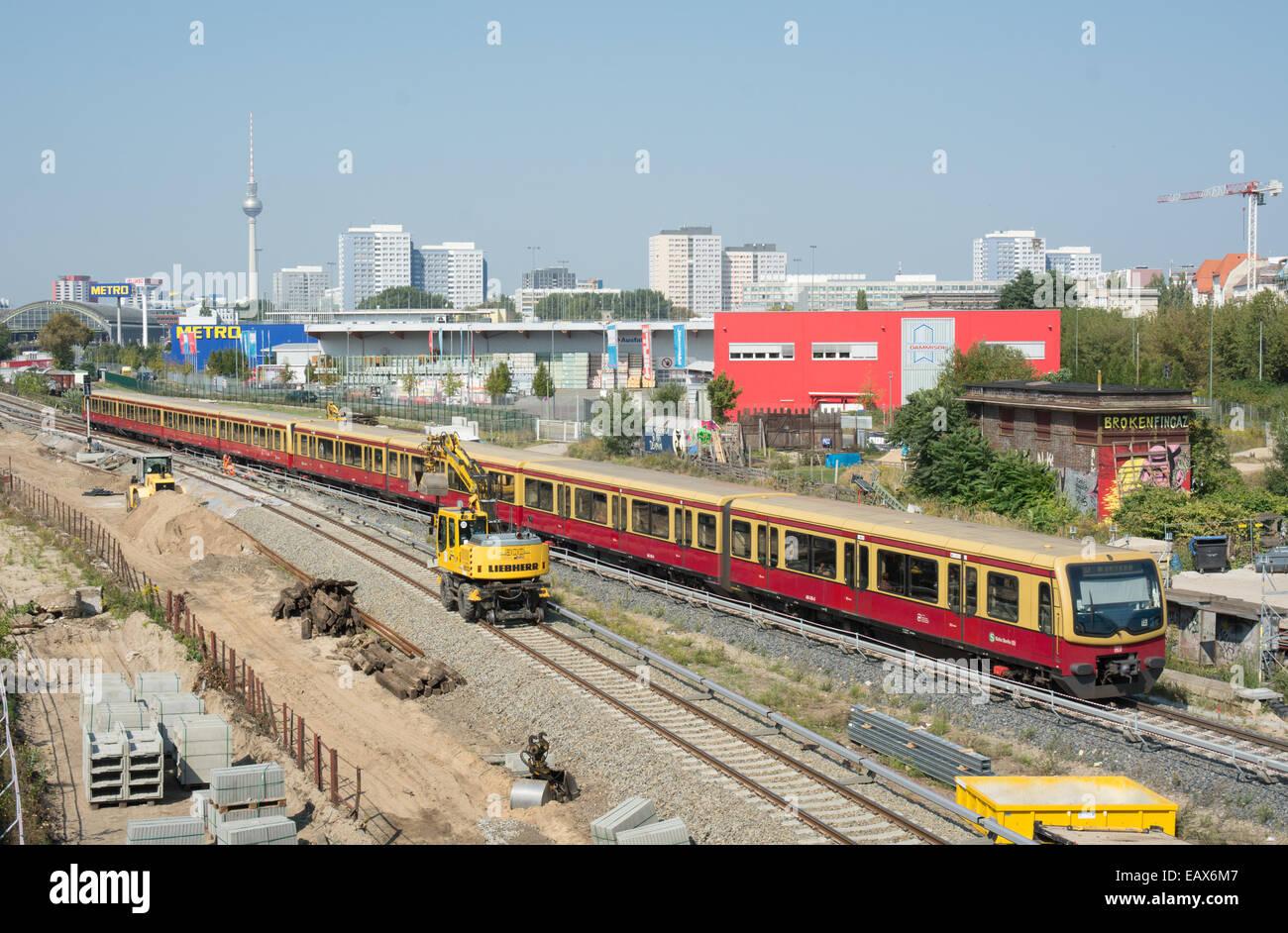 Ein DB-S-Bahn-Zug geht Rail engineering-arbeiten in der Nähe Warschauer Straße Bahnhof Stockbild