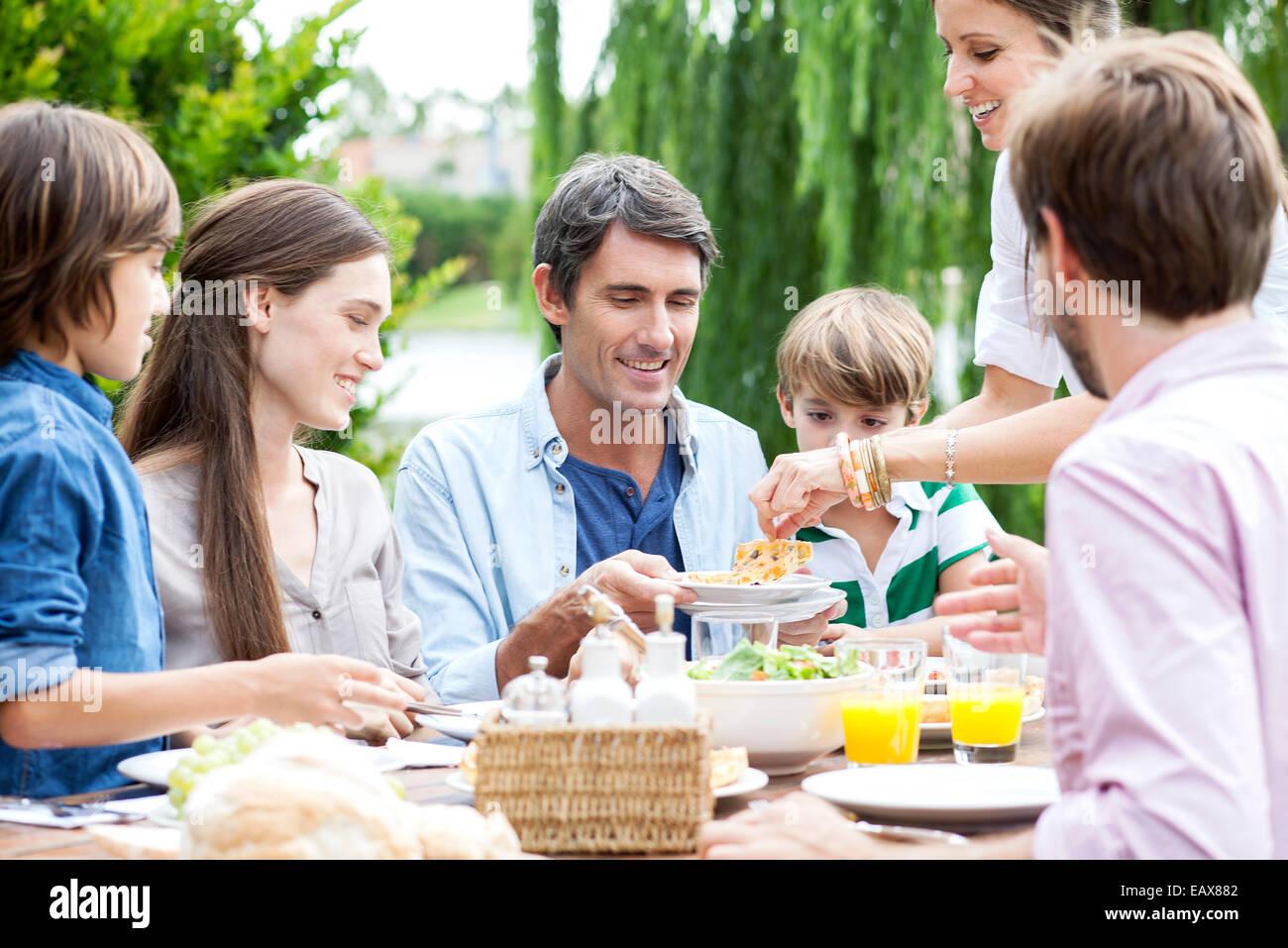 Familie zusammen Essen bei Outdoor-Treffen Stockbild