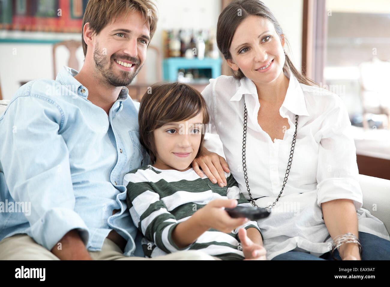 Familie vor dem Fernseher zusammen Stockbild