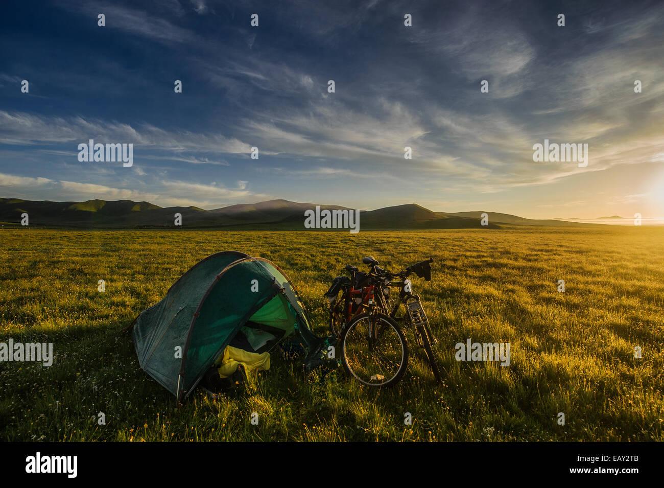 Camping auf den Wiesen des tibetischen Hochlands, Provinz Sichuan, China Stockbild