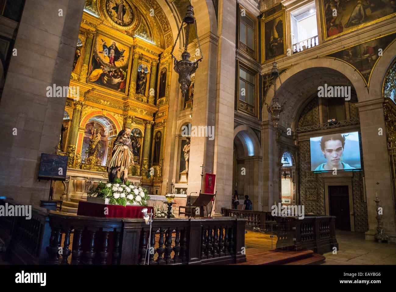 https://c8.alamy.com/compde/eaybg6/kirche-saint-roch-interieur-video-ausstellung-zeitgenossischer-kunst-igreja-de-so-roque-lissabon-portugal-eaybg6.jpg