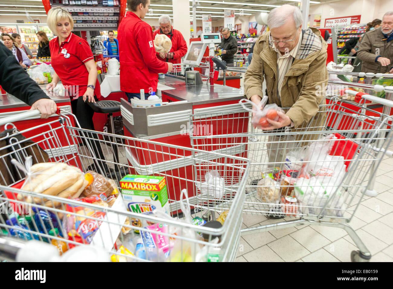 menschen beim einkaufen in den supermarkt prag tschechische republik europa stockfoto bild. Black Bedroom Furniture Sets. Home Design Ideas