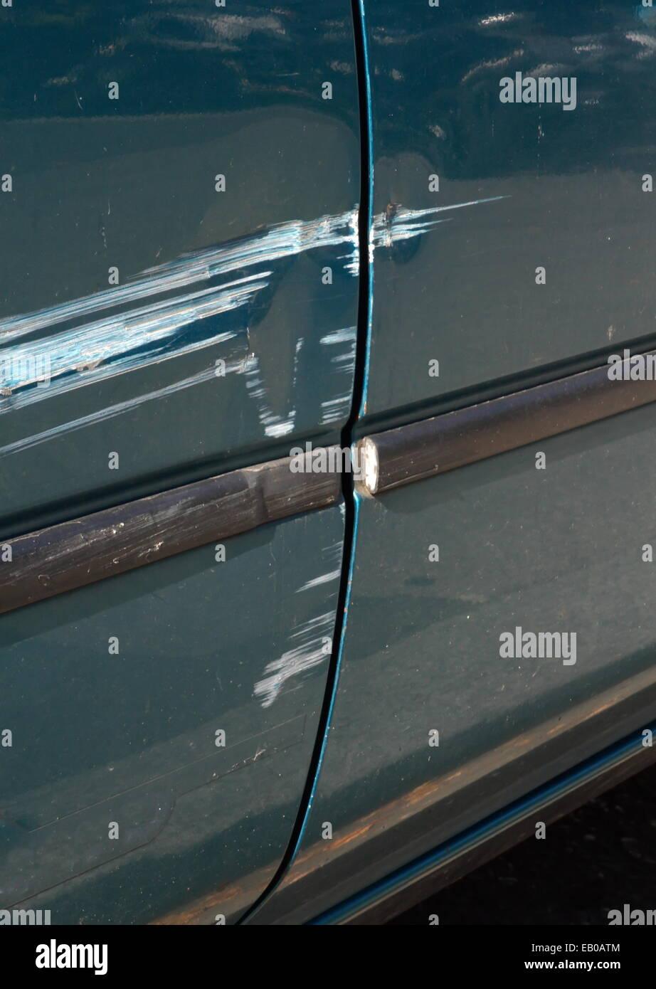 hautnah auf zerkratzten tür lack auf einem auto stockfoto, bild