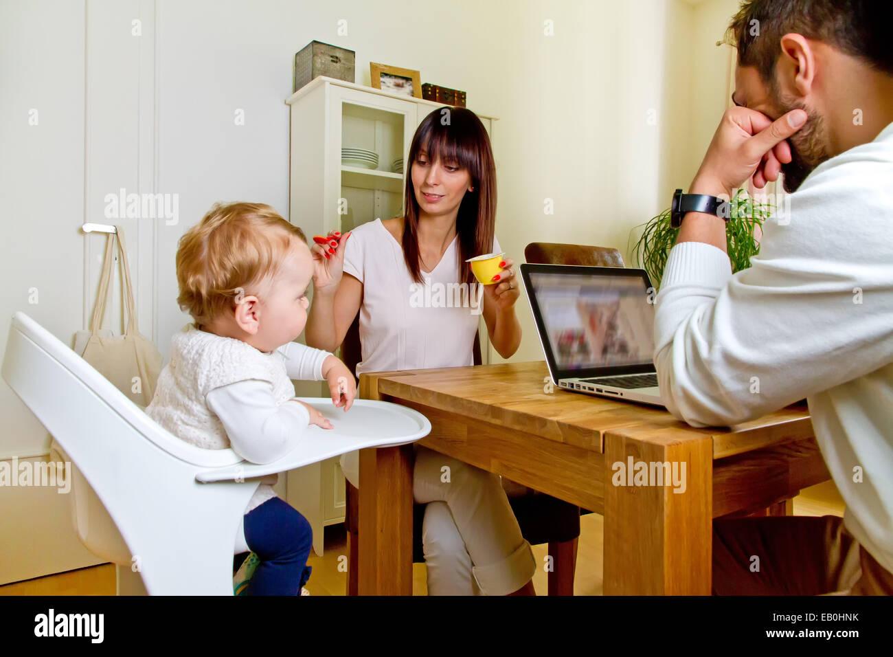 Familie zusammen zu Hause Stockbild
