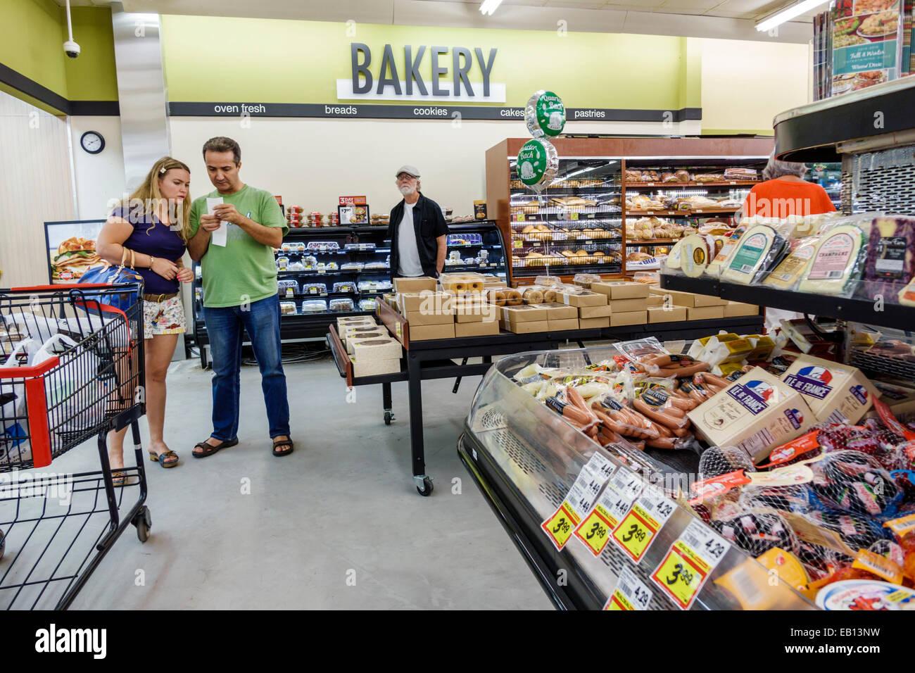Daytona Beach Florida Winn Dixie Supermarkt Innen Aufsteller Regale Mann Vater Teengirl Tochter Einkaufen Lesen Liste Backerei