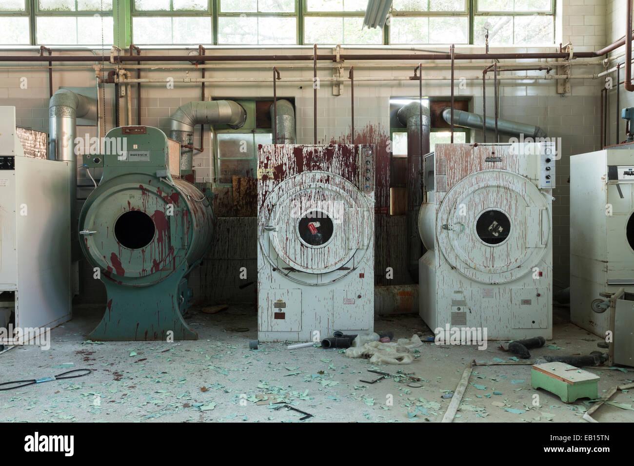 Industrielle waschmaschinen und trockner in roter farbe in einem