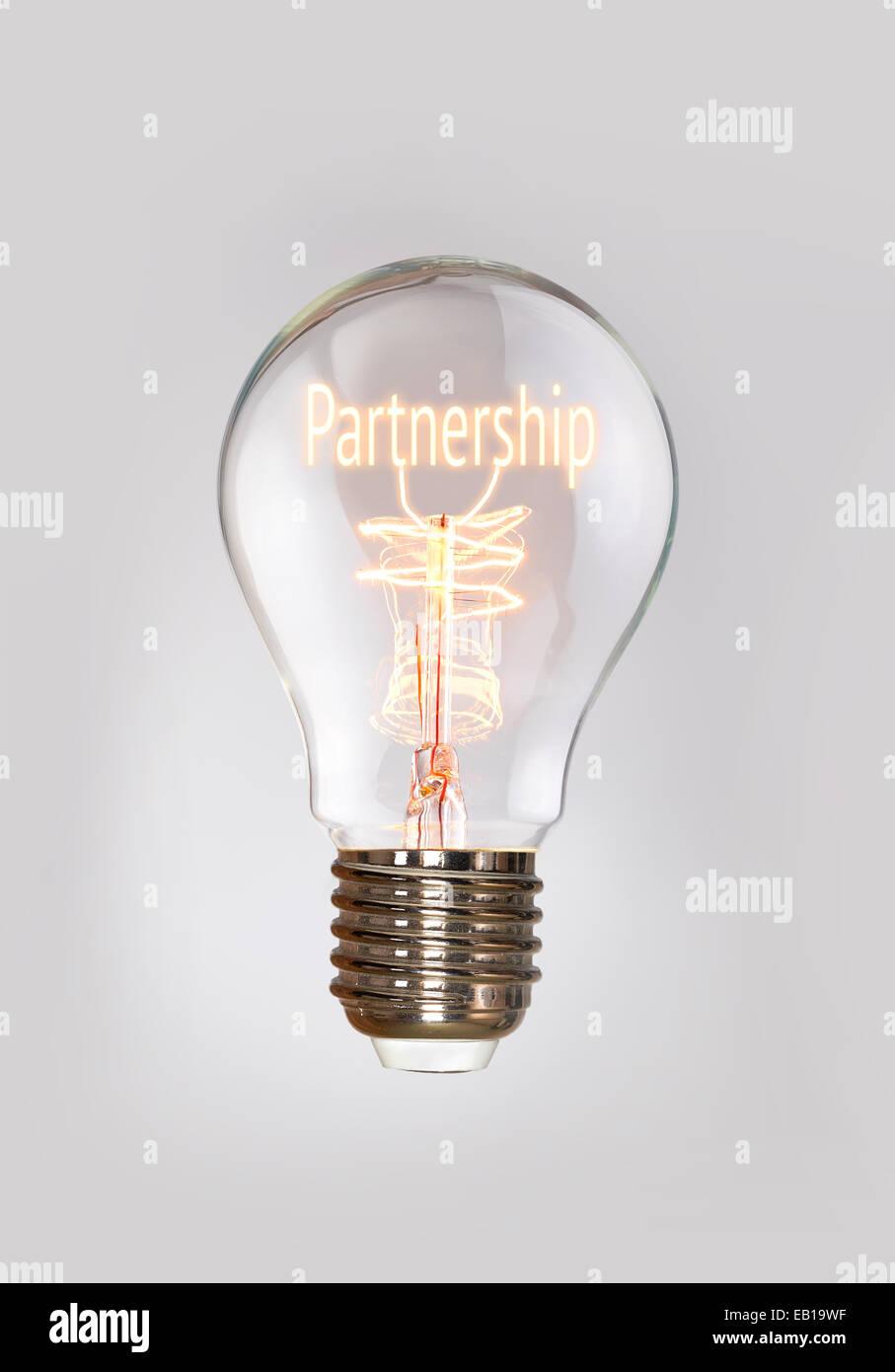 Das Konzept der Partnerschaft in einem Filament-Glühbirne. Stockbild