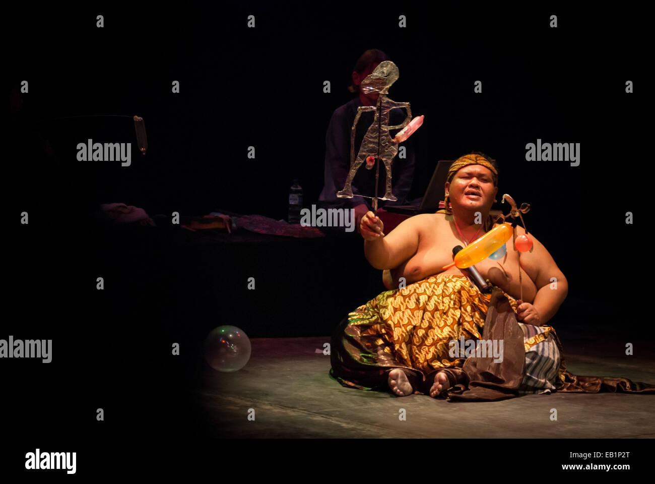 Slamet Gundono, späten indonesischen zeitgenössischen Puppenspieler während einer Show am Salihara Stockbild