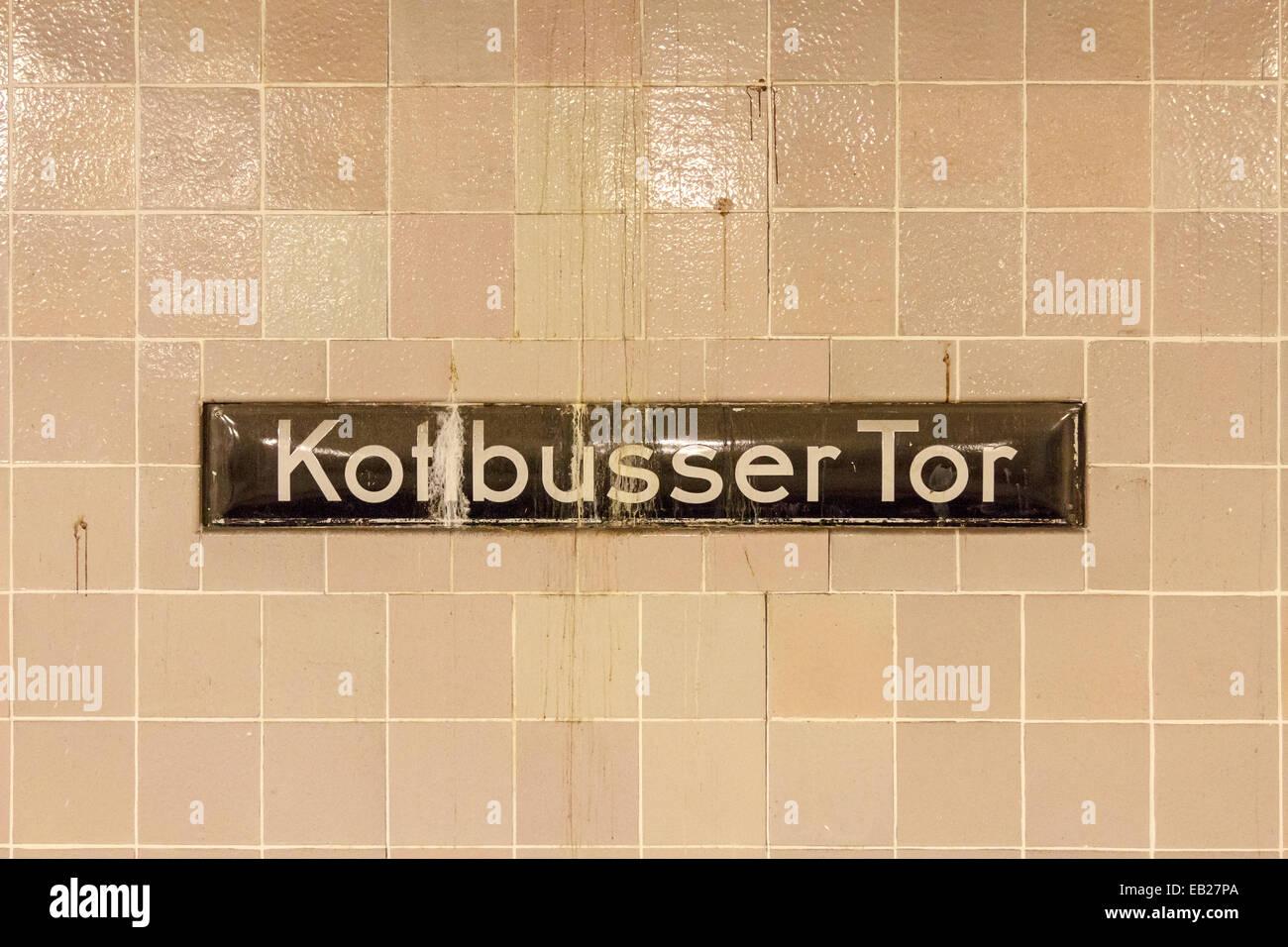 u bahn station schild am kottbusser tor in kreuzberg berlin deutschland stockfoto bild. Black Bedroom Furniture Sets. Home Design Ideas