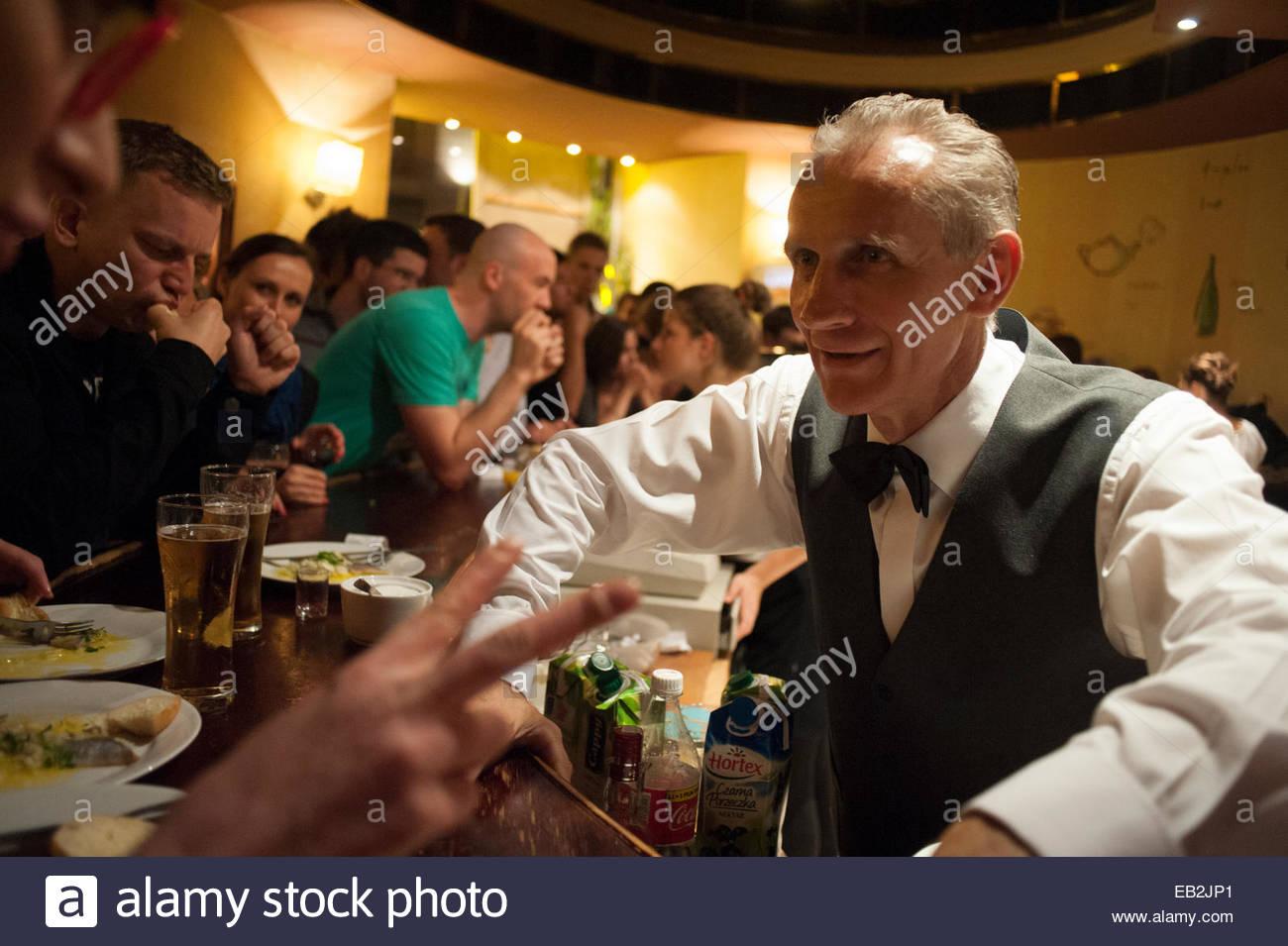 Ein Barkeeper neigt dazu, seine Aufgaben in einer der beliebtesten ...