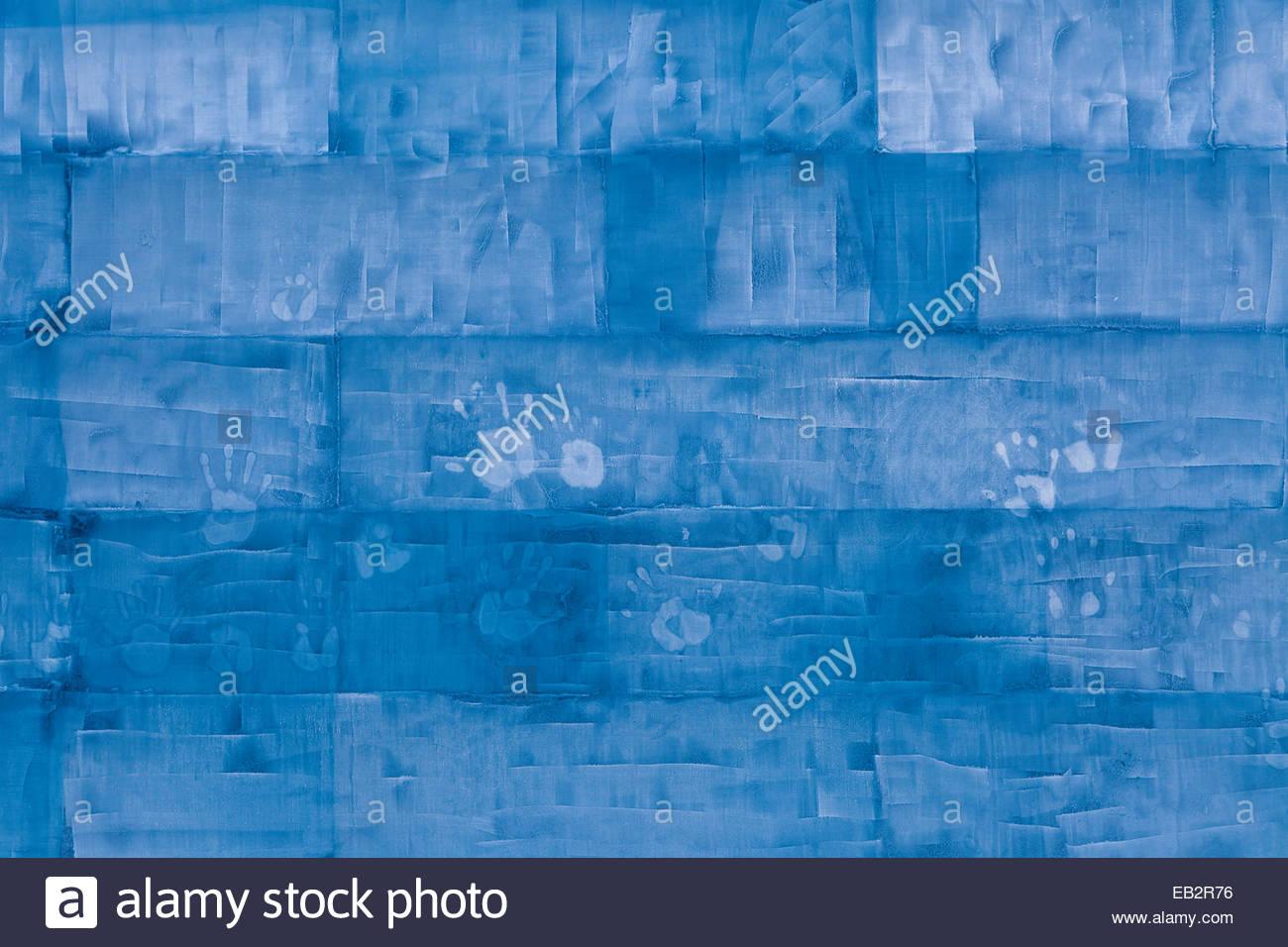 Blaue Eisblöcke trägt menschliche Handabdrücke gestapelt. Stockbild