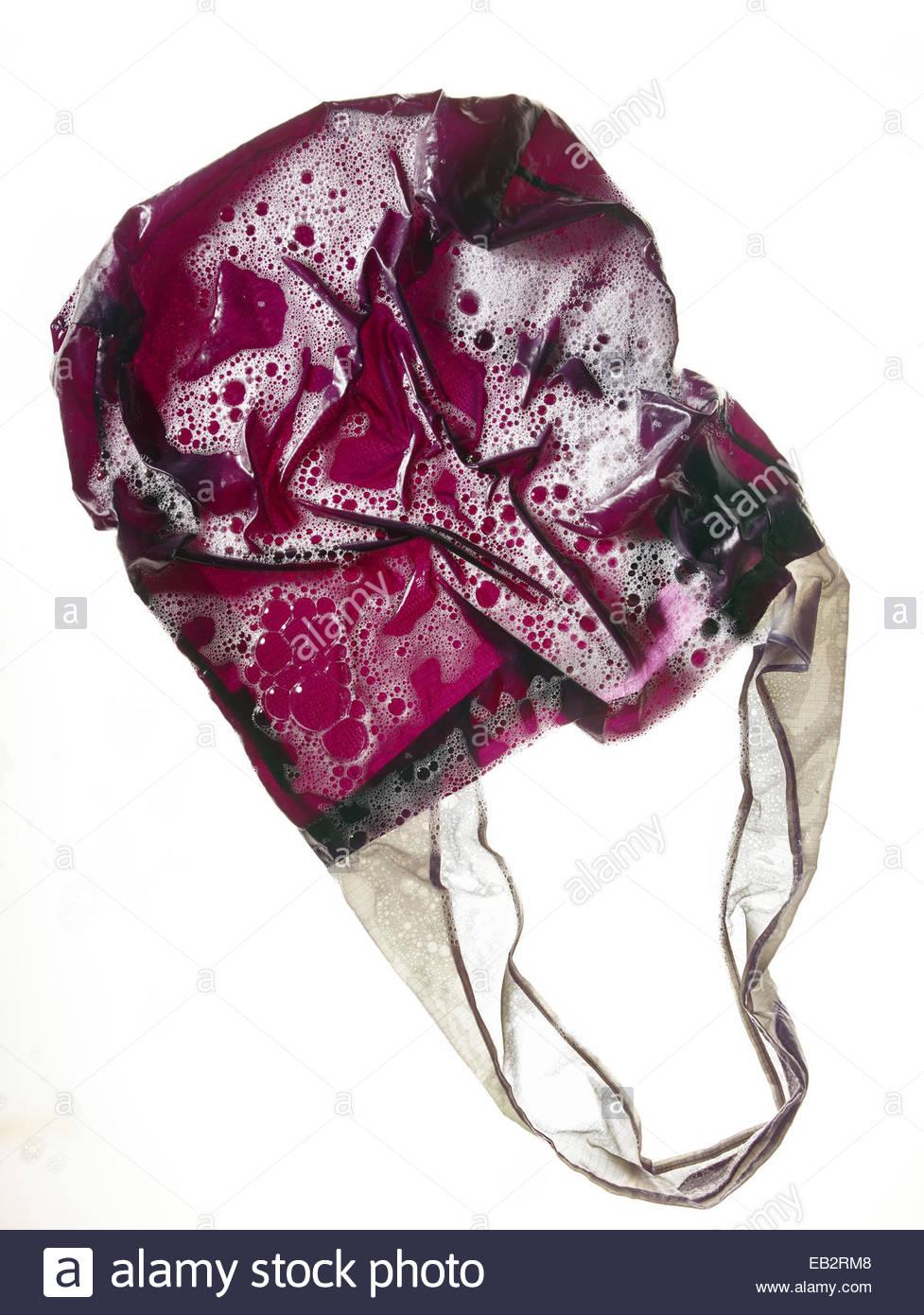 Mehrwegtaschen waschen verhindert die Ausbreitung von Bakterien aus Resten von rohem Fleisch oder verfaulte Frucht. Stockbild