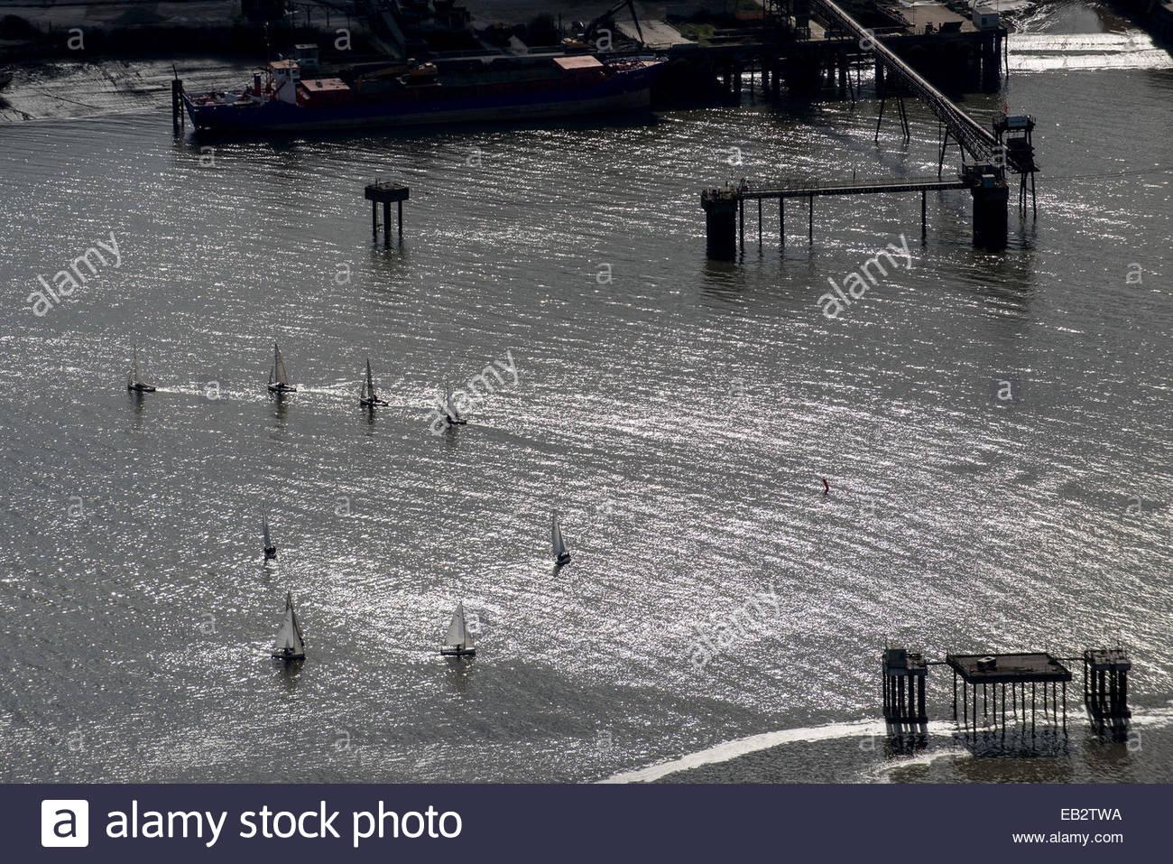 Eine Luftaufnahme von Segeljollen ein Rennen auf der Themse in der Nähe von Docklands Stockbild
