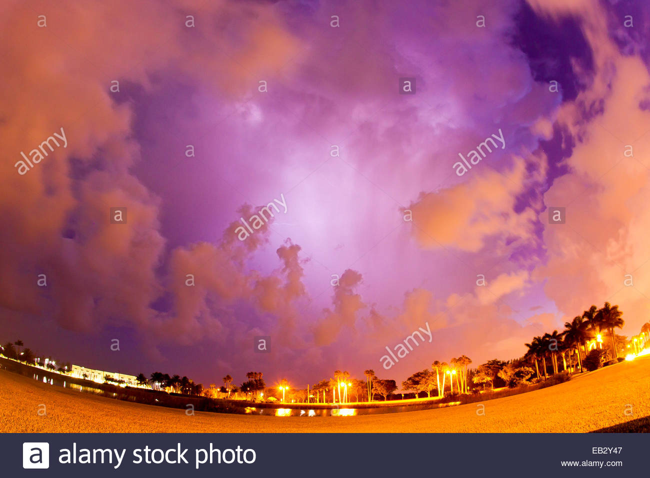 Fisheye-Objektiv auf ein Gewitter in der Nacht. Stockbild