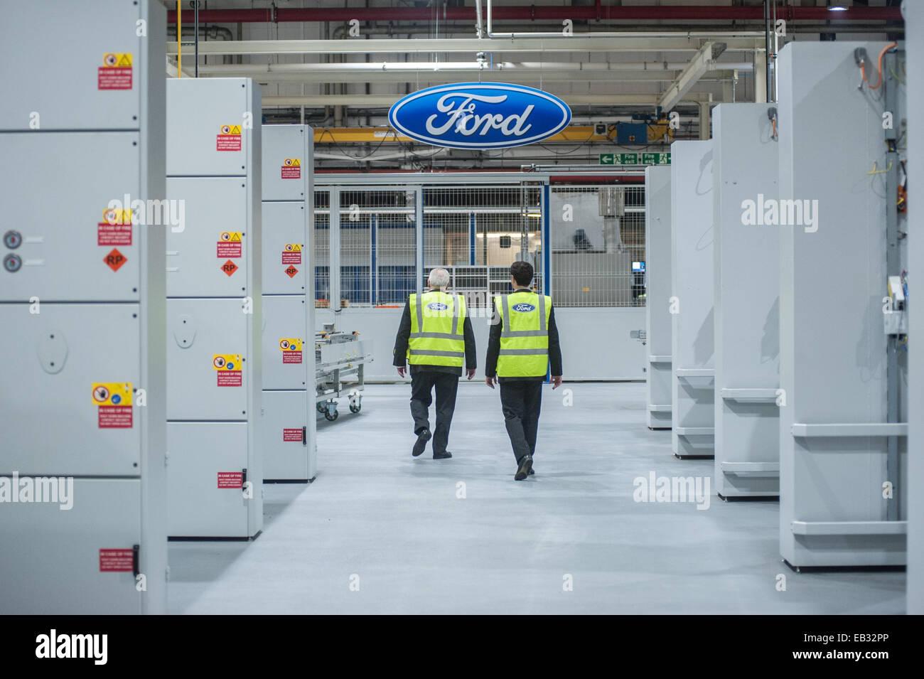 London, UK. 25. November 2014. Der Bürgermeister von London, Boris Johnson besucht das Ford Motor Dagenham Stockbild