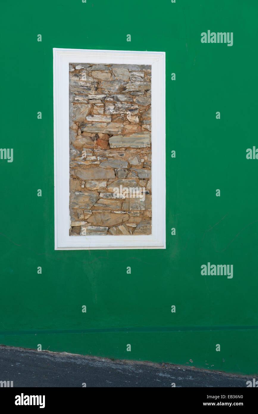 Mauerte Fenster in einer grünen Wand, Bo Kaap, Kapstadt, Südafrika Stockbild