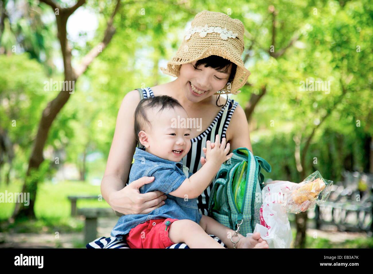 Mutter und Sohn (6-11 Monate) im park Stockbild