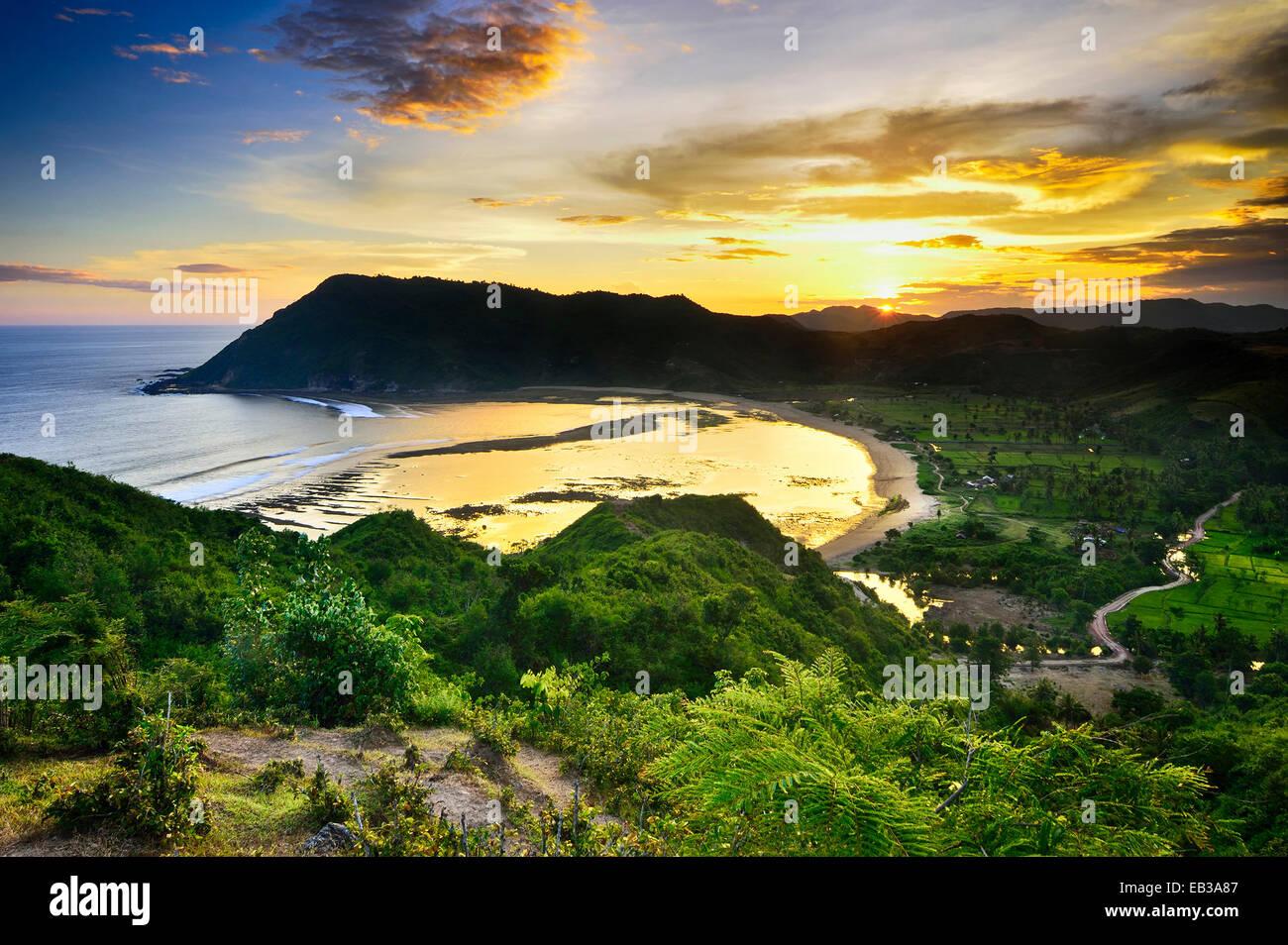 Erhöhten Blick auf die Bucht bei Sonnenuntergang Stockbild