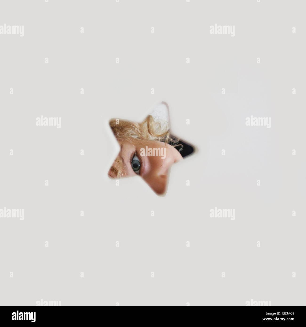 Volksrepublik China, Hong Kong Island, Hongkong, kleines Mädchen (2-3) Blick durch Sterne geformt Loch Stockbild
