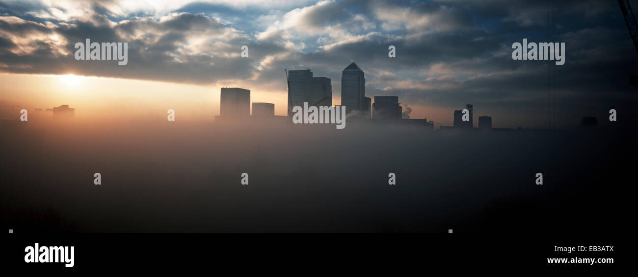 Wolke um Canary Wharf, London, England, UK Stockbild