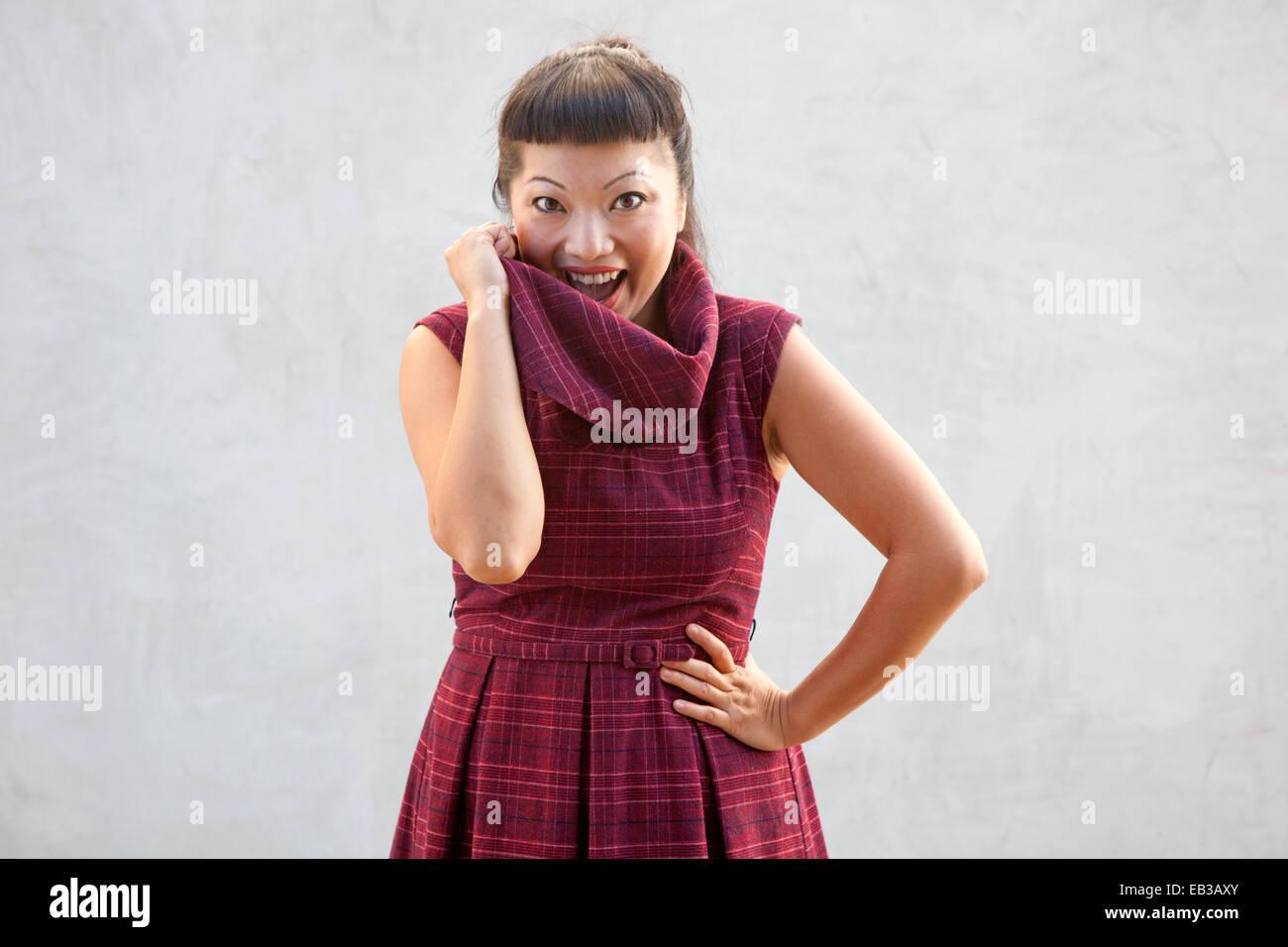 Frau im karierten Kleid Stockbild