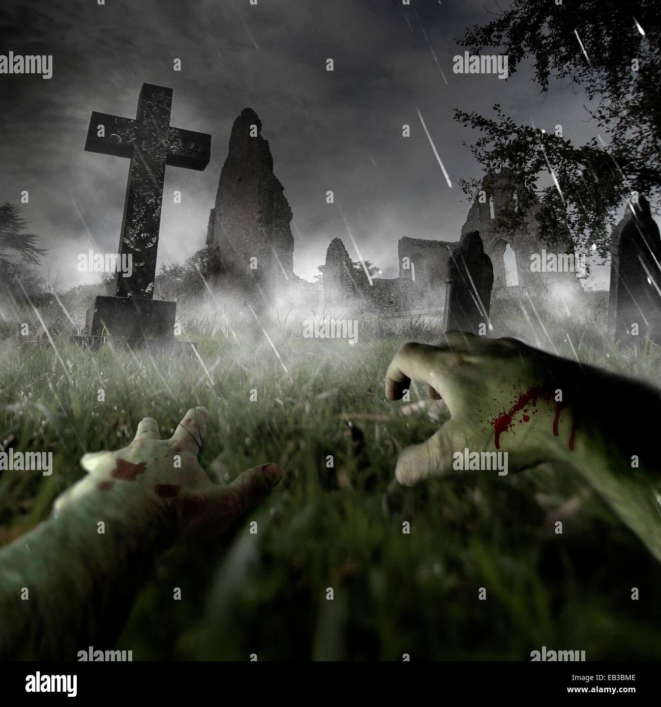 Zombie Hände auf Friedhof Stockbild