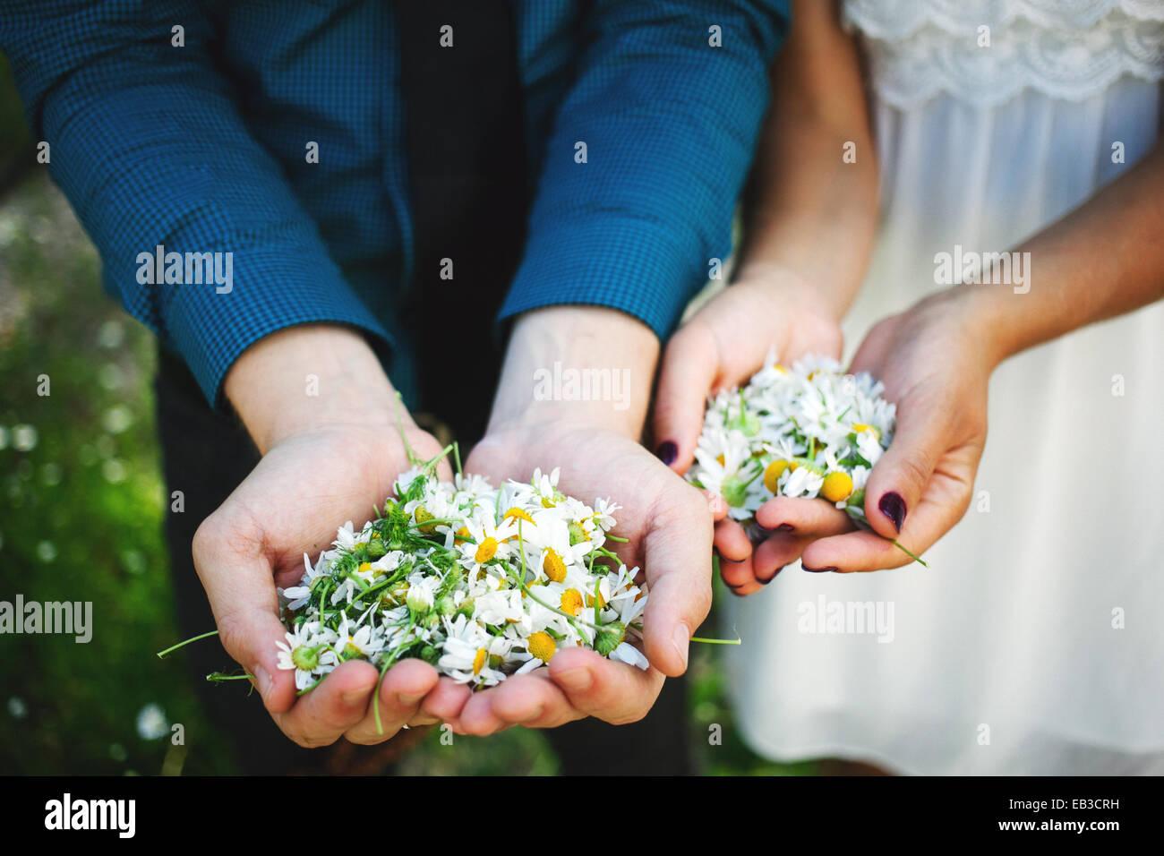 USA, Minnesota, Hennepin Grafschaft, Minneapolis, Regelklappe aus der Hand des jungen Paares, jede Holding Handvoll Stockbild