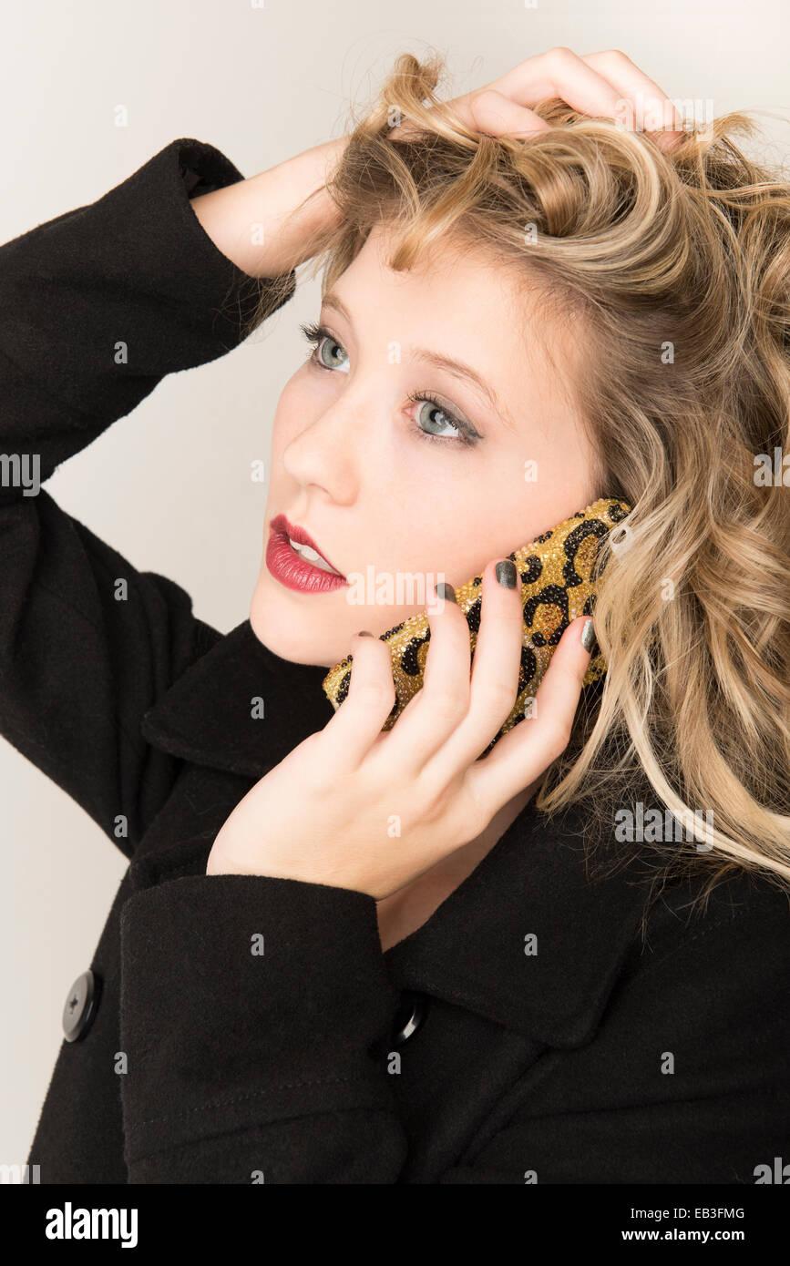 Blond auf Handy. Stockfoto